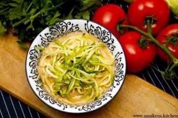 Squashspagetti i tomatsuppe (RAW)