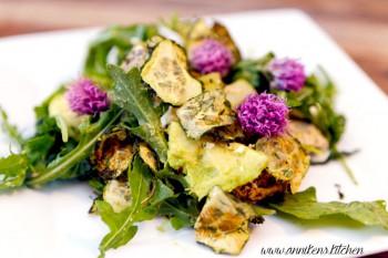 Lun kyllingsalat med agurkchips og fetaost