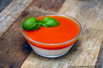 Panna cotta med basilikum og gazpacho